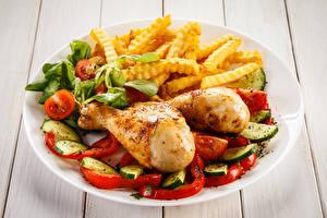 Фото Курица запеченная Картофель фри Овощи Доски Тарелка Пища