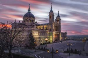 Обои Испания Мадрид Храмы Церковь Вечер Уличные фонари Catedral de la Almudena