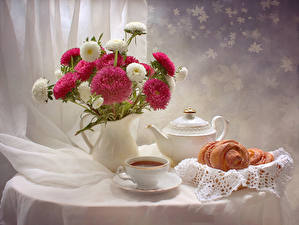 Картинка Натюрморт Астры Чай Чайник Ваза Чашка Продукты питания Цветы