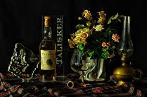 Картинки Натюрморт Букеты Розы Керосиновая лампа Черный фон Бутылка Бокалы Еда