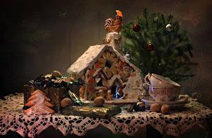 Фото Натюрморт Новый год Выпечка Сладости Конфеты Орехи Петух Новогодняя ёлка Чашка