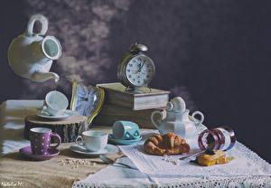 Фото Натюрморт Часы Круассан Чайник Книга Чашка Банка Пища