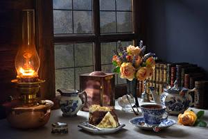 Фото Натюрморт Керосиновая лампа Пирожное Букеты Розы Чашка Кувшин Еда