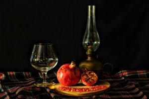 Фотография Натюрморт Керосиновая лампа Гранат Черный фон Бокалы Пища