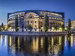 Картинка Швеция Стокгольм Здания Речка Вечер Уличные фонари Parlament of Sweden