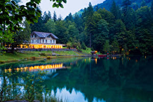 Обои Швейцария Озеро Побережье Леса Дома Причалы Kander Valley Природа картинки