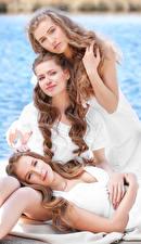 Обои Трое 3 Смотрит Шатенка Красивые Девушки