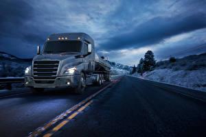 Обои Грузовики Дороги Едет 2016-17 Freightliner Cascadia Mid-roof XT Автомобили