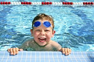 Картинки Вода Бассейны Очки Смех Мальчики Улыбка Дети