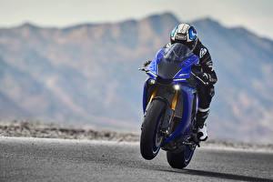 Фотографии Ямаха Мотоциклист Шлем Едущий 2018 YZF-R1