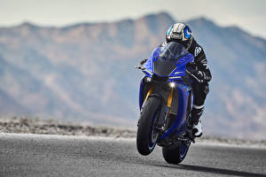 Фотографии Ямаха Мотоциклист Шлем Едущий 2018 YZF-R1 Мотоциклы