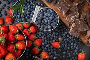 Картинка Ягоды Много Клубника Черника Шоколад Продукты питания