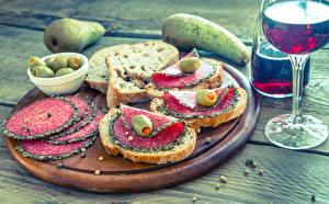 Картинки Бутерброды Груши Хлеб Колбаса Оливки Вино Доски Разделочная доска Бокалы