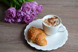 Фото Капучино Круассан Тюльпаны Тарелка Чашка Продукты питания