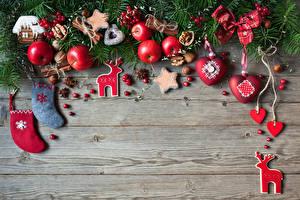 Картинка Рождество Яблоки Печенье Олени Корица Орехи Бадьян звезда аниса Ягоды Доски Ветвь Носки Сердечко Пища