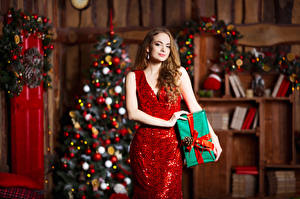 Фотография Новый год Шатенка Платье Подарки Девушки