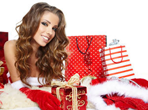 Фото Новый год Шатенка Улыбка Подарки Девушки