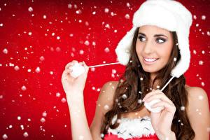 Картинки Новый год Шатенка Улыбка Шапки Снежинки Девушки