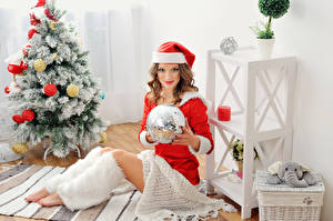 Картинки Новый год Шатенка Униформа Шапки Елка Шар Девушки