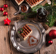 Картинки Новый год Пирожное Сладости Доски Тарелка Вилка столовая Стакан Какао порошок Шарики Шишки Еда