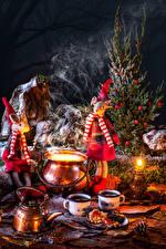 Картинка Новый год Свечи Чайник Кукла Кружка Шишки Пища