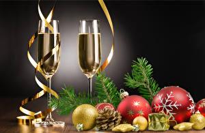 Фотография Рождество Игристое вино Серый фон Бокалы 2 Шар Шишки Ветвь Пища