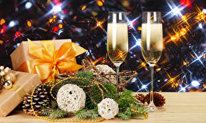 Картинка Новый год Шампанское Двое Бокалы Подарки Шишки Ветвь Продукты питания