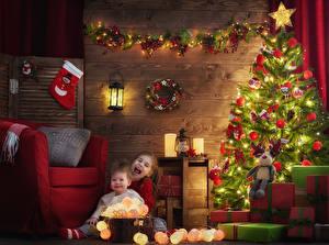 Обои Новый год Елка Электрическая гирлянда Девочки 2 Подарок Кресло Фонари ребёнок