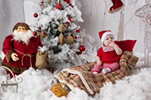 Фотография Рождество Елка Санта-Клаус Грудной ребёнок Шапки Сидит Ребёнок