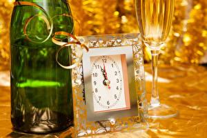 Картинки Рождество Часы Игристое вино Бутылка Бокалы