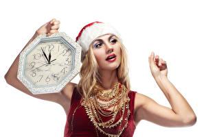 Картинка Новый год Часы Украшения Ожерелье Белом фоне Блондинка Руки молодые женщины