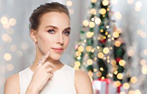 Картинки Рождество Пальцы Шатенка Лицо Девушки