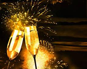 Фото Новый год Фейерверк Шампанское Бокалы Двое Еда