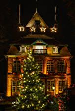 Картинки Новый год Германия Здания Ночь Новогодняя ёлка Гирлянда Уличные фонари Звездочки Cuxhaven Saxony Города