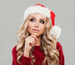 Фотографии Рождество Серый фон Блондинка Шапки Лицо Смотрит Девушки