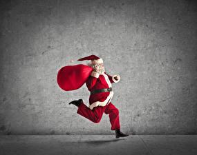 Обои Новый год Серый фон Дед Мороз Бег Подарки