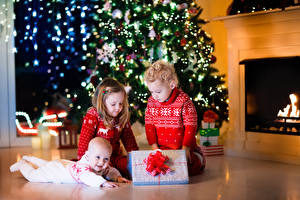 Фото Новый год Праздники Мальчики Девочки Втроем Подарки Дети