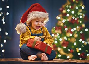 Обои Новый год Праздники Мальчики Шапки Подарки Счастливые Дети
