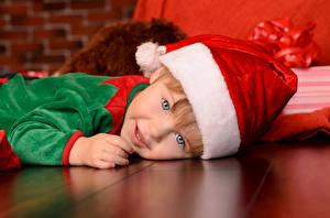 Фото Рождество Праздники Мальчики Шапки Смотрит Ребёнок