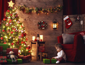 Фотографии Новый год Праздники Свечи Мальчики Подарки Гирлянда Ребёнок