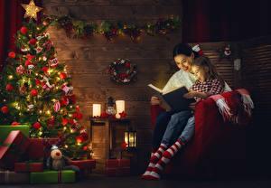 Фото Новый год Праздники Свечи Мама Девочки Елка Смеются Книга Фонарь Подарки Электрическая гирлянда ребёнок Девушки