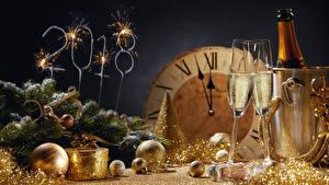 Обои Рождество Праздники Игристое вино Часы 2018 Бокалы Ветвь Шар Бенгальские огни Пища