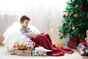 Обои Рождество Праздники Елка Шарики Мальчики Подарки Чашка Сидит Дети