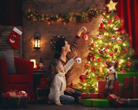 Фото Рождество Праздники Мама Новогодняя ёлка Электрическая гирлянда Девочка Две Подарки Шар ребёнок Девушки