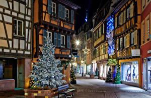 Фотографии Рождество Праздники Франция Дома Улица Ель Новогодняя ёлка Уличные фонари Ночь Гирлянда Colmar город