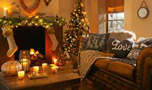 Фотография Рождество Праздники Интерьер Свечи Диван Новогодняя ёлка Электрическая гирлянда Носки Подушки