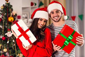 Картинка Рождество Праздники Мужчины Двое Улыбка Подарки Шатенка Девушки
