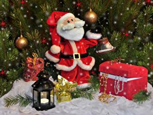 Картинки Новый год Праздники Санта-Клаус Клад Фонарь Шар Ветвь
