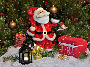 Картинки Новый год Праздники Санта-Клаус Клад Фонари Шар Ветвь