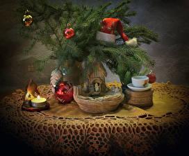 Обои Рождество Праздники Натюрморт Свечи На ветке Шапки Шар Чашка